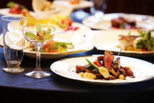 グラスや高そうな食べ物の写真