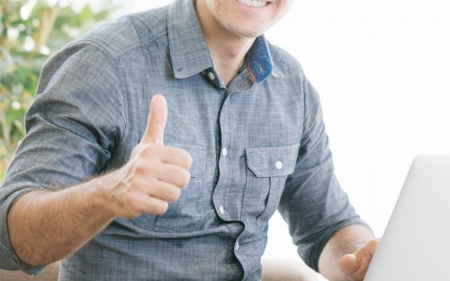笑顔で親指をたてる男性