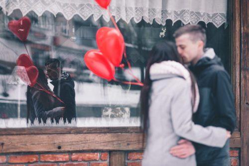 街中でキスをする男女