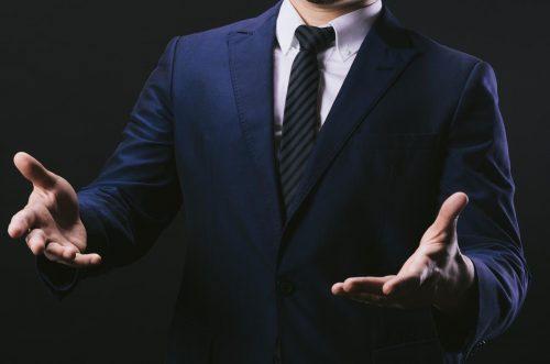 手を広げる男性