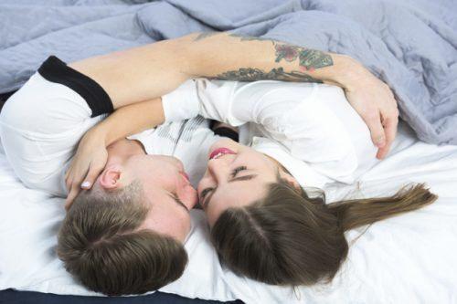 ベッドの上で抱き合う男女
