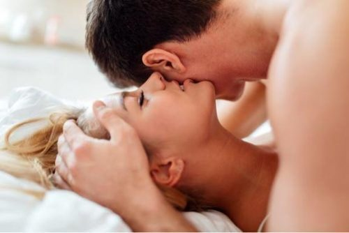 男性の耳元に口を寄せる女性