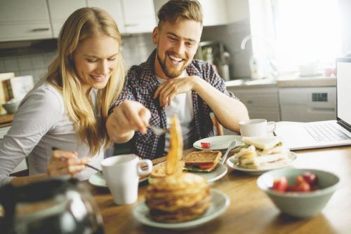 笑顔で食事をしている男女
