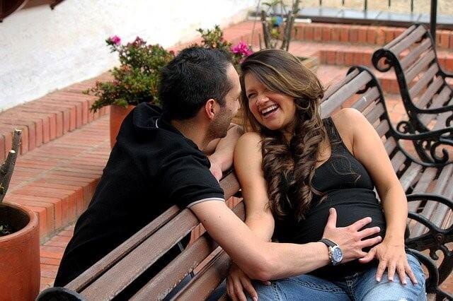 笑う彼氏と妊婦