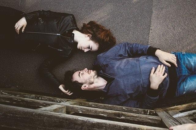 横になるカップル