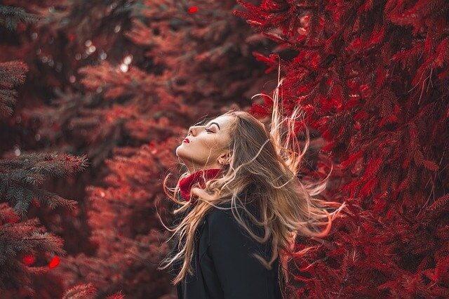 木々に囲まれる女性