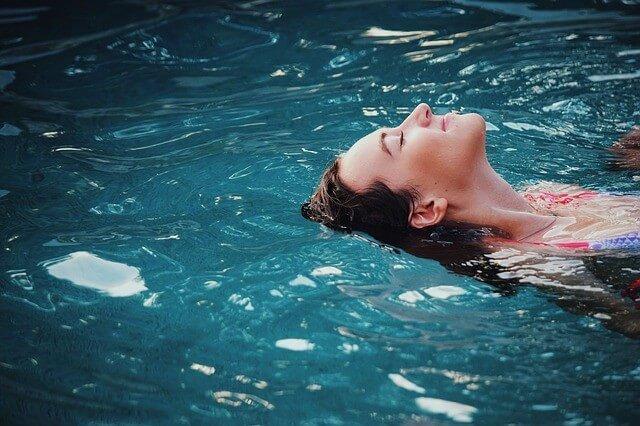 プールに浮かぶ女性