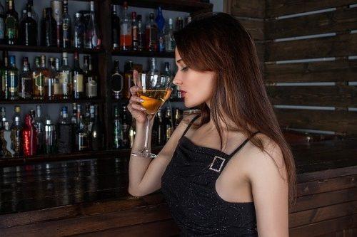 ハプニングバーでお酒を飲む女性