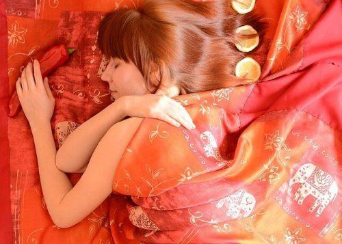 寝転がる若い女性