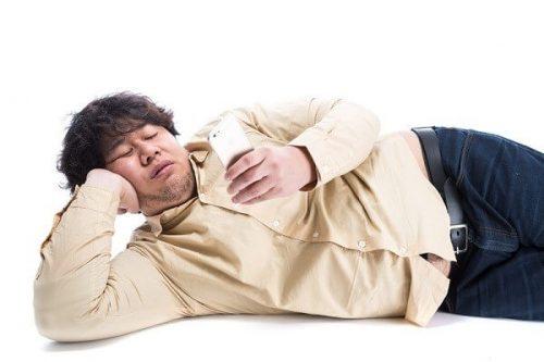 横たわる男性