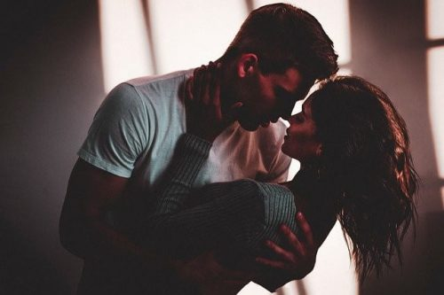 キスをする男女