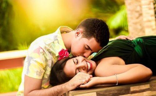 リラックスするカップル