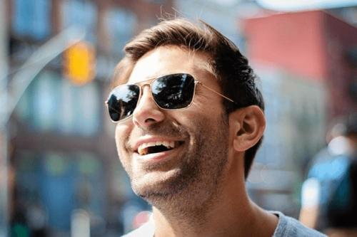 笑顔のサングラスをかけた男性