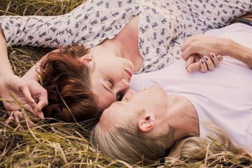 草原で抱き合う男女