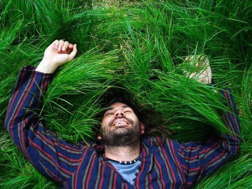 草原に寝転ぶ男性
